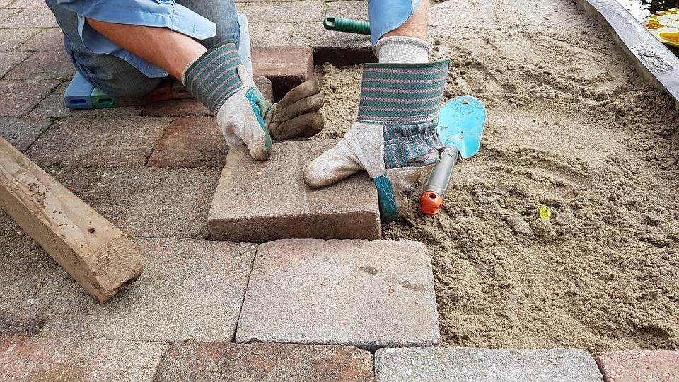 Przy pracach w ogrodzie stosuj ochronne rękawice