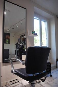 Profesjonalne salony fryzjerskie doradzą Ci odpowiednie kosmetyki do pielęgnacji włosów