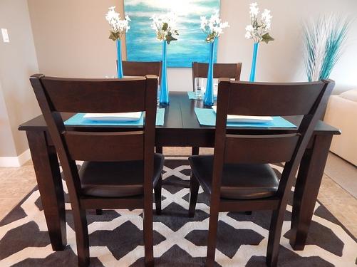 Dywan pod stołem w jadalni